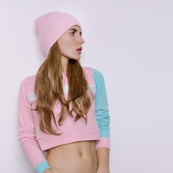 Ragazza teenager stupefacente vestito di moda autunno-primavera. tendenza hipster stile vaniglia cappello a cuffia swag girl. vibrazione elegante rosa su sfondo bianco