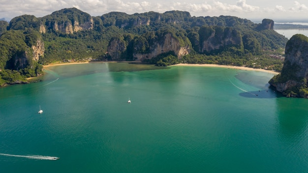 Incredibile thailandia alta stagione bella vista aerea vista sul mare ao nang beach island e barca dalla coda lunga a vela a kra bi thailandia