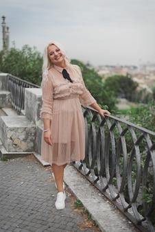 Incredibile womam turistica che cammina per le strade di roma