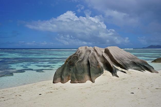 Incredibile spiaggia tropicale anse source d'argent con massi di granito sull'isola la digue, seychelles.