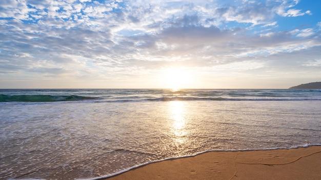 Incredibile mare spiaggia tropicale bella spiaggia acqua di mare blu cielo azzurro sfondo tramonto o alba cielo sopra il mare giorno d'estate.