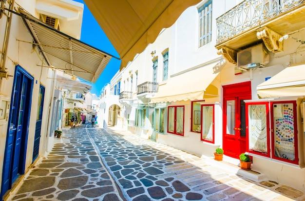 Splendida vista lungo la strada greca del sole con porte e finestre luminose colorate?
