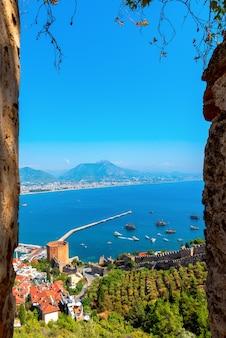 Splendida vista dall'alto sulla vecchia fortezza e sul porto della città di alanya.