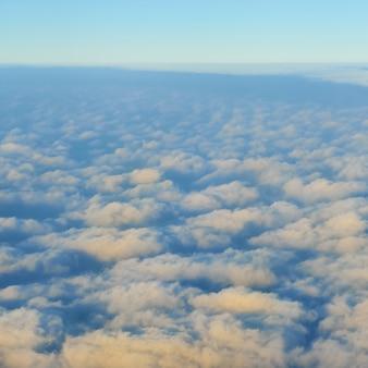 Splendida vista dall'aereo sul cielo, sole al tramonto e nuvole