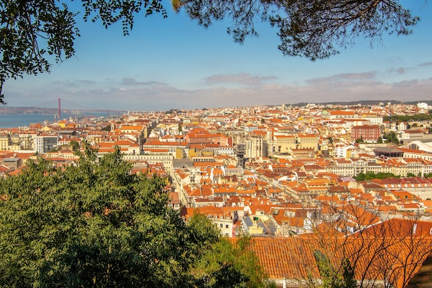 Splendida vista al vecchio quartiere storico di lisbona dal castelo de s. jorge portogallo.