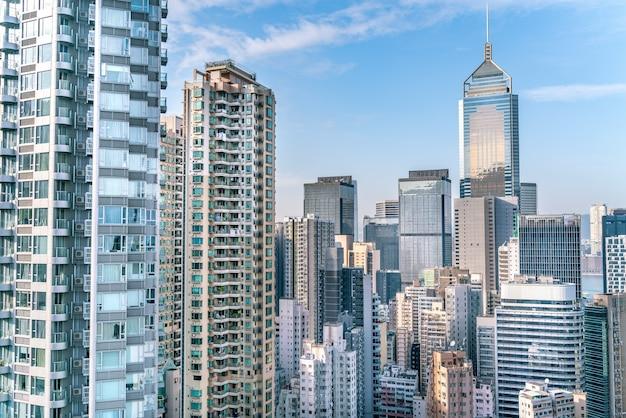 L'incredibile vista del paesaggio urbano di hong kong pieno di grattacieli dal tetto.