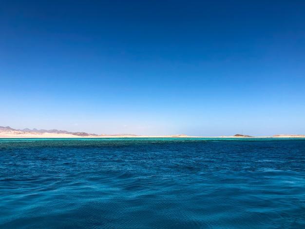 Incredibile vista linea dell'orizzonte egitto. vista panoramica sulla superficie del mare blu lontano dalla costa