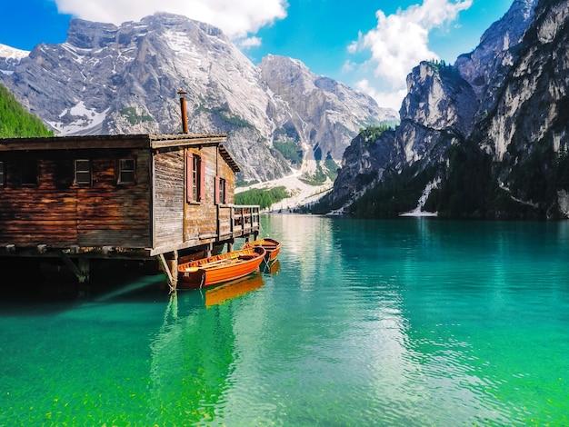 Splendida vista sul lago di braies nelle dolomiti, italia