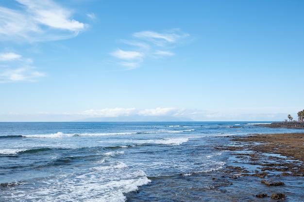 Splendida vista sull'oceano in una soleggiata giornata estiva. isole canarie.