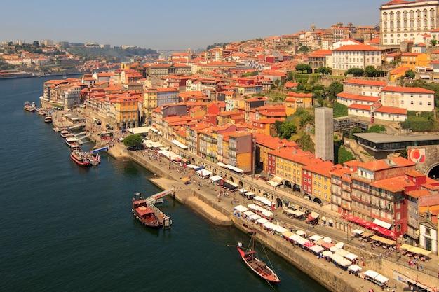 Splendida vista per la città vecchia di porto dal ponte dom luis sul fiume douro.portogallo.