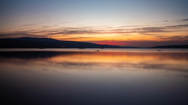 Incredibile vista dell'alba sul mare di tbilisi?