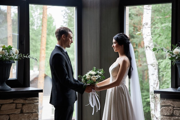 Matrimonio incredibile una coppia innamorata, una bella sposa e uno sposo elegante dopo la cerimonia di nozze