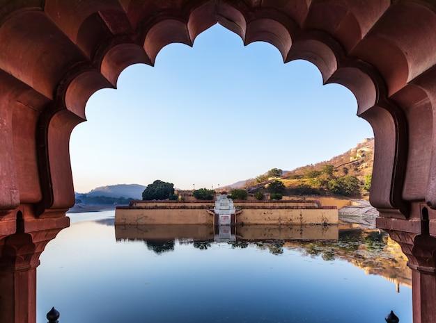 Lago amber fort attraverso i cancelli, india, jaipur.