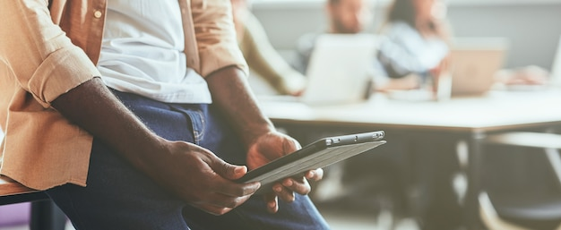 Studente ambizioso che utilizza tablet nel suo processo di studio