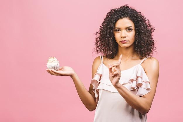 La ragazza afro americana non mangia la torta