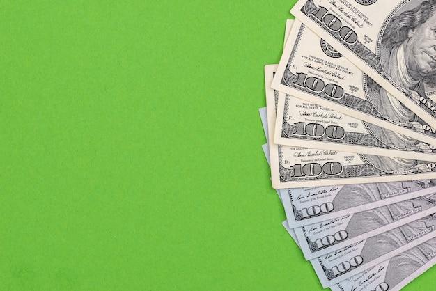 Banconote in dollari americani isolate su sfondo verde
