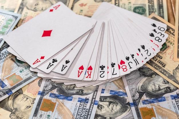 Banconote in dollari americani con carte da gioco in primo piano