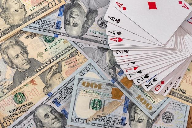 Banconote di dollari americani con carte da gioco closeup
