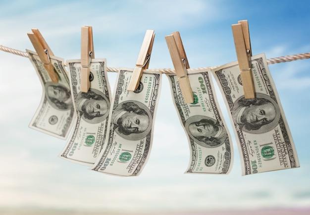 Dollari americani in una corda sullo sfondo