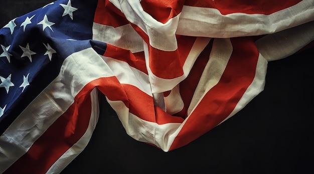 Bandiera americana su uno sfondo di pietra nera. spazio per il testo.