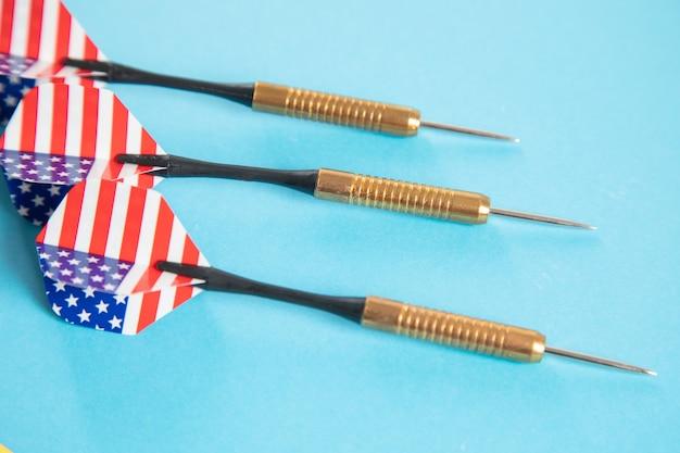 Freccette bandiera americana sulla superficie blu
