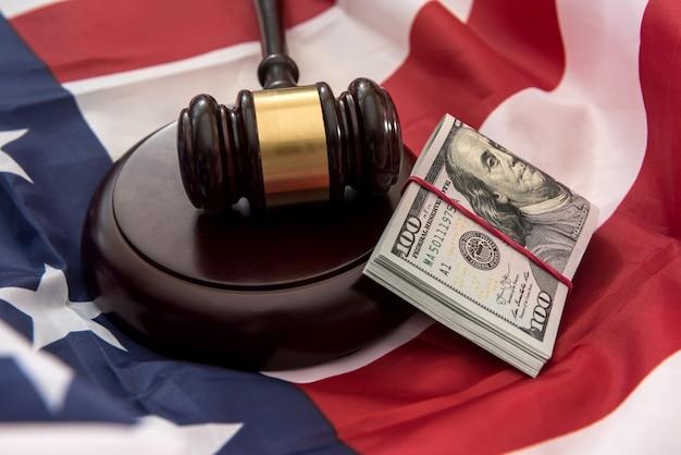 Bandiera americana e denaro contante del dollaro dell'economia degli stati uniti. finanza