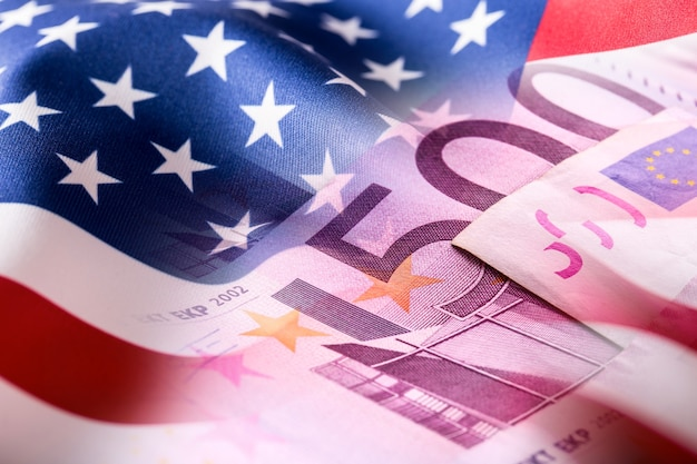 Bandiera americana e banconote in euro. bandiera degli stati uniti e denaro in euro.