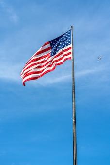 Bandiera americana su liberty island a new york city, stati uniti d'america