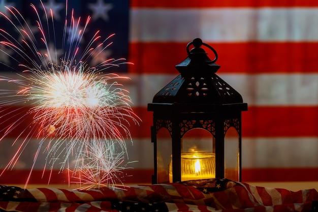 La bandiera americana nel giorno della memoria onora il rispetto dell'esercito patriottico americano nella memoria della candela