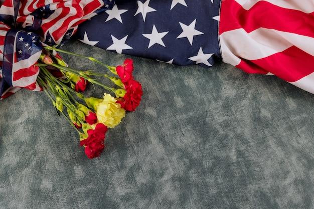 Bandiera americana per il memorial day nei fiori di garofano rosa del remembrance veterans day
