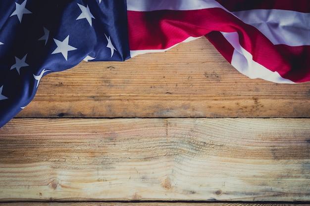 Bandiera americana su sfondo in legno con copia spazio.