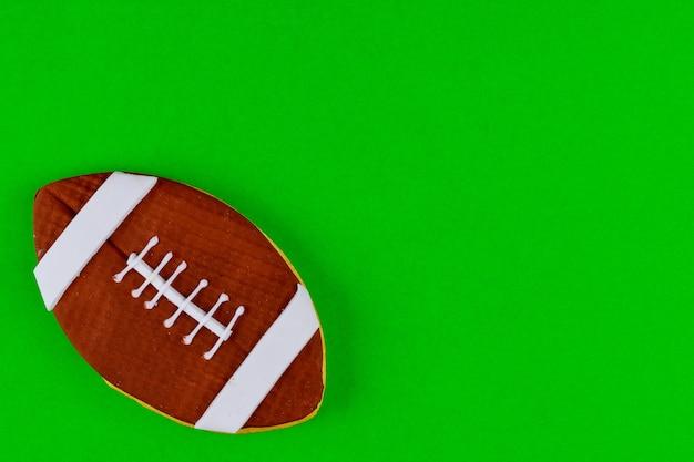 Pallone da football americano isolato su sfondo verde. vista dall'alto.