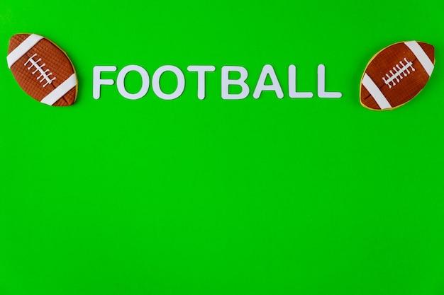 Sfere di football americano isolate sulla superficie verde