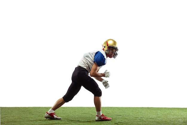 Giocatore di football americano in azione isolato su sfondo bianco studio