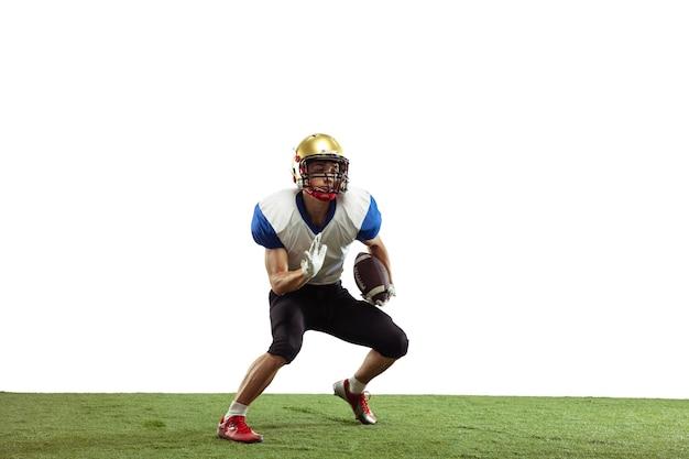 Giocatore di football americano in azione isolato su bianco