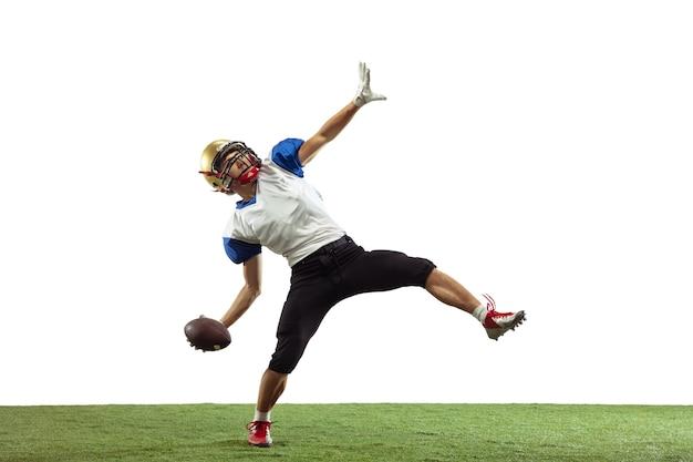 Giocatore di football americano isolato su sfondo bianco studio
