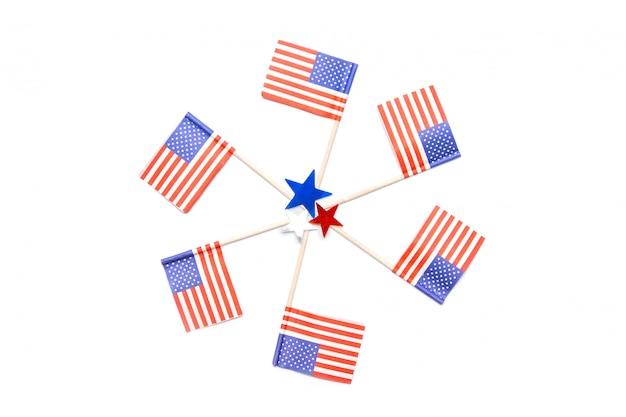 Coriandoli americani cerchio e stelle coriandoli su sfondo bianco. quattro luglio. giorno dell'indipendenza dell'america