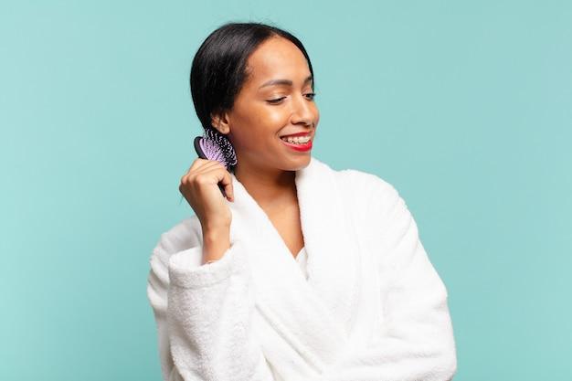 Una bella donna americana. espressione felice e sorpresa.. concetto di spazzola per capelli concetto di spazzola per capelli
