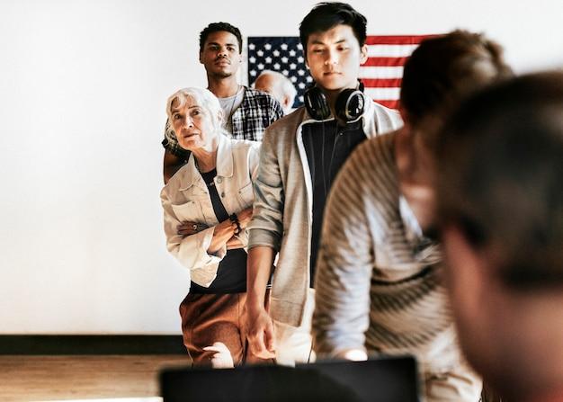 Americani in coda a un seggio elettorale