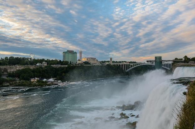 Lato americano delle cascate del niagara di sera