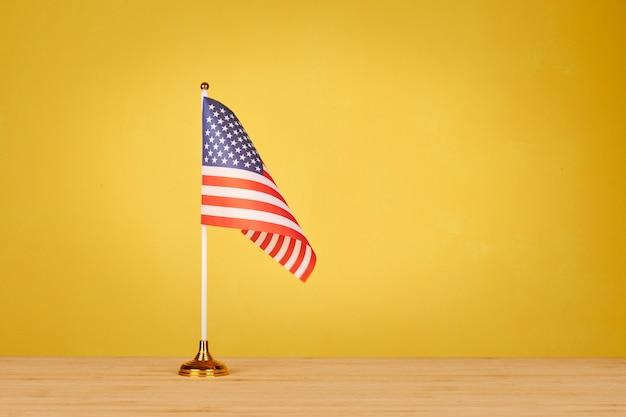 Bandiera da tavolo americana sulla tavola di legno
