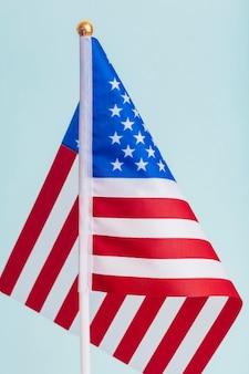 Bandiera americana degli stati uniti su uno sfondo bianco bandiera festiva per le festività pubbliche americane e le elezioni foto di alta qualità