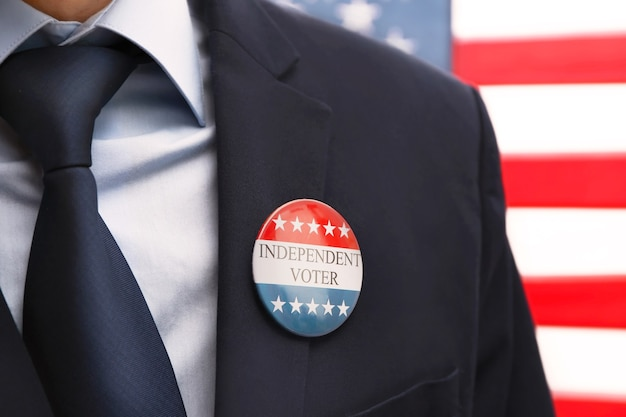 Concetto di voti americani. uomo con distintivo a stelle e strisce