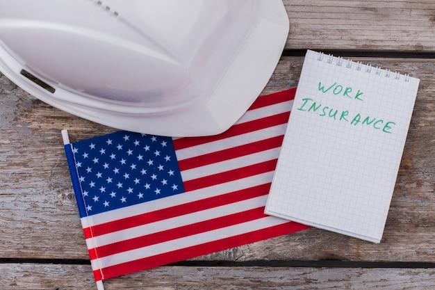 Concetto di assicurazione sul lavoro americano. vista dall'alto piatta.