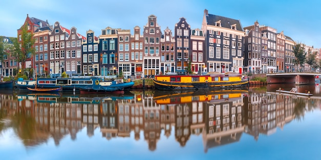 Canale di amsterdam singel con case olandesi