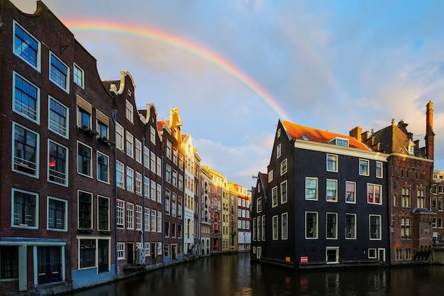 Canale di amsterdam con arcobaleno, paesi bassi