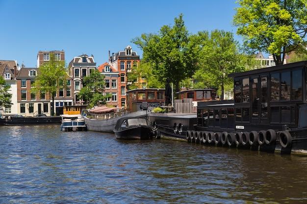 Amsterdam, paesi bassi, europa, 1 settembre 2021 tradizionali vecchie case strette barche e canali ad amsterdam, la capitale dei paesi bassi.