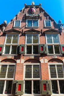 Amsterdam, paesi bassi, europa, settembre facciata tradizionale danese di un edificio ad amsterdam. foto di alta qualità