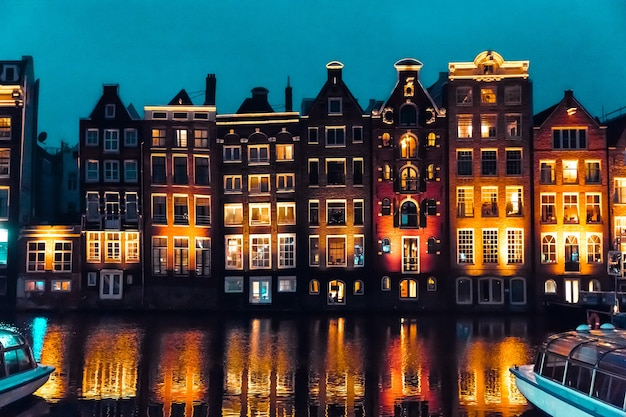 Amsterdam, paesi bassi, europa tradizionali vecchie case strette e canali ad amsterdam, la capitale dei paesi bassi nella notte d'autunno. foto di alta qualità