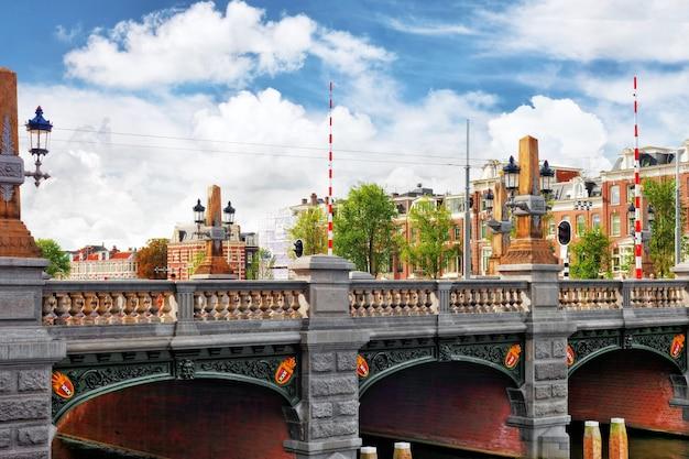Amsterdam con canale nel centro cittadino, olanda.